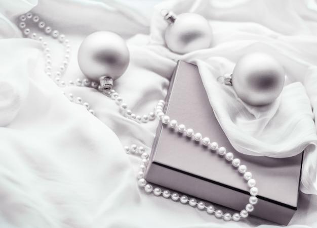 Święta brandingowe szczęśliwe dawanie i dekorowanie koncepcja boże narodzenie wakacje tło świąteczne bombki ...
