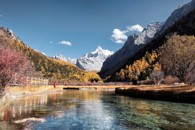 Święta góra ze szmaragdowym jeziorem w jesiennym lesie w rezerwacie przyrody yading, chiny