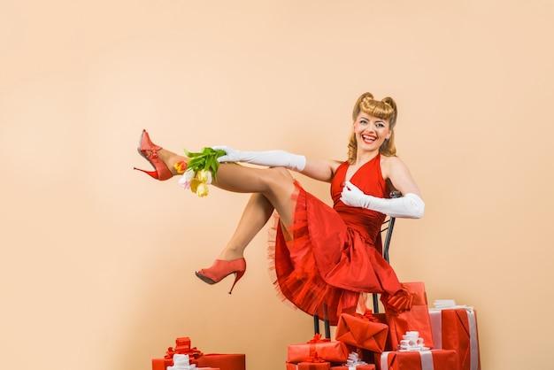 Święta koncepcja pin up kobieta z prezentem pudełko szczęśliwego nowego roku prezent szczęśliwa dziewczyna z prezentami retro kobieta