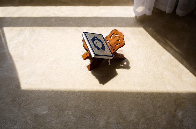 Święta księga koranu na drewnianym stojaku w pomieszczeniu