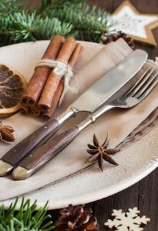 Święta nakrycie stołu z przyprawami i suszonymi owocami na drewnie z bliska
