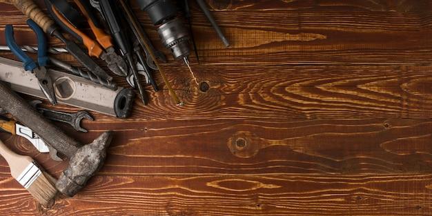 Święta pracy tło - wiele przydatnych narzędzia na drewnianego tła odgórnym widoku z copyspace.