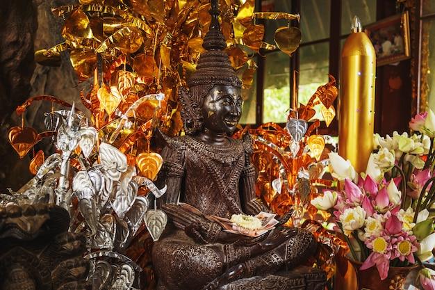 Święta statua w świątyni na górze phnom kulen. siem reap, kambodża.