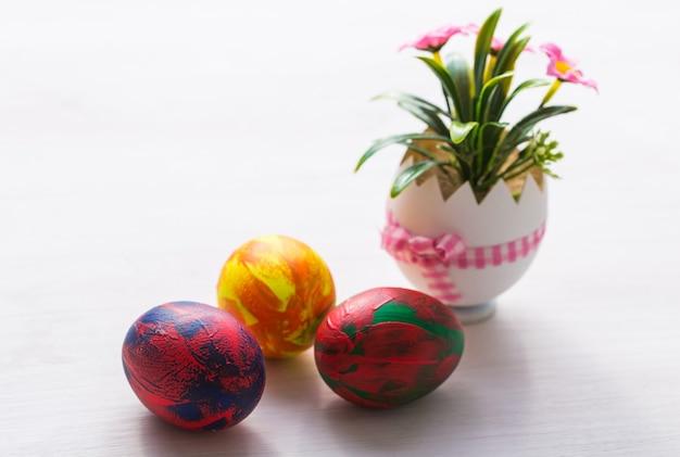 Święta, tradycje i koncepcja wielkanocna - wielobarwne ozdobne kolorowe jajka.