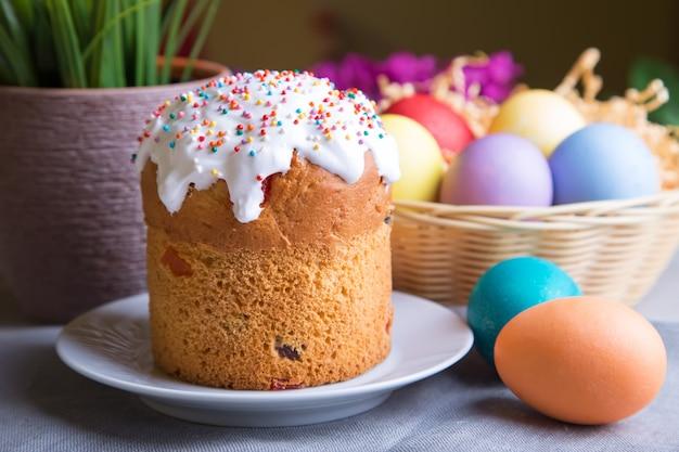 Święta wielkanocne. tradycyjne rosyjskie i ukraińskie ciasto wielkanocne (kulich) i jajka malowane. zbliżenie, selektywne focus.