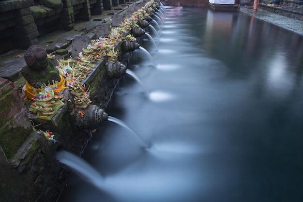 Święta woda w świątynnym bali