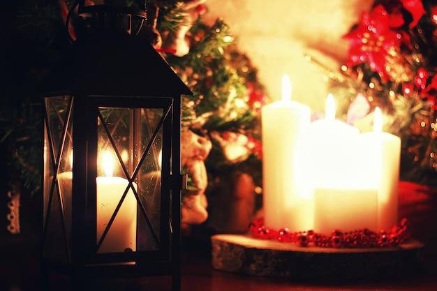 Święta z ciemnymi świecznikami