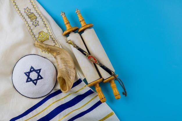 Święta żydowskie, podczas modlitwy przedmioty kippa z szalem modlitewnym na szofarze, zwój tory w synagodze
