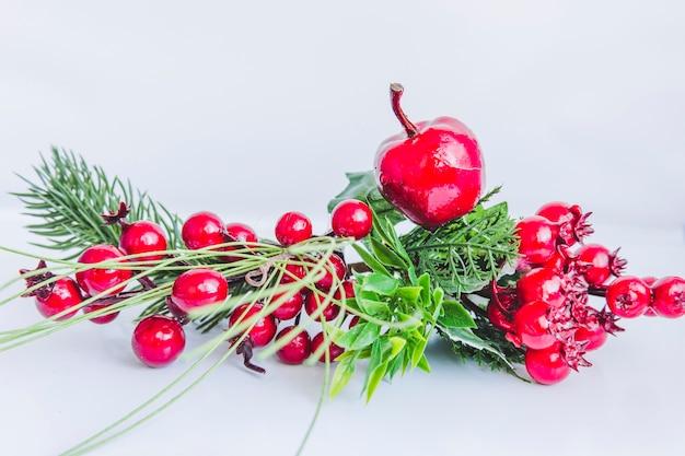 Święte fałszywe jagody i jabłko na białym tle
