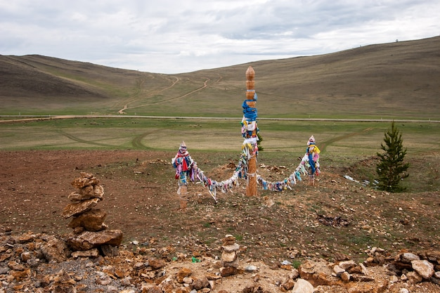 Święte filary ze wstążkami do szamańskich obrzędów