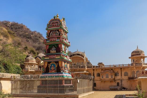 Święte miejsce indii zwane ramanuja acharya mandir, świątynia galta ji, jaipur.