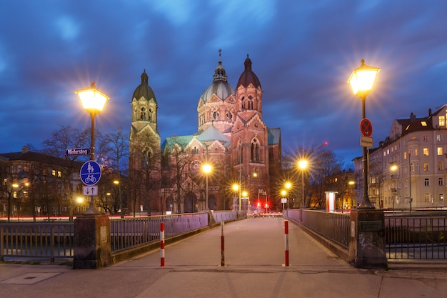Świętego lucas kościół przy nocą w monachium, niemcy