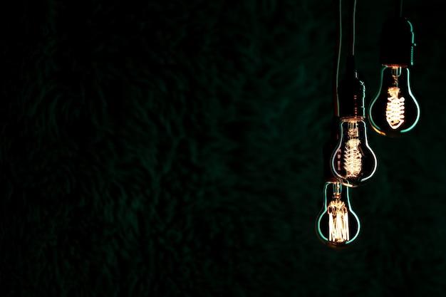 Świetliste lampy wiszą w ciemności. koncepcja wystroju i atmosfery.