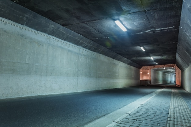 Świetlny tunel bez samochodów