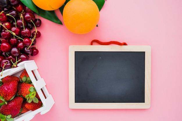 Świetna kompozycja z czystymi łupkami i letnimi owocami