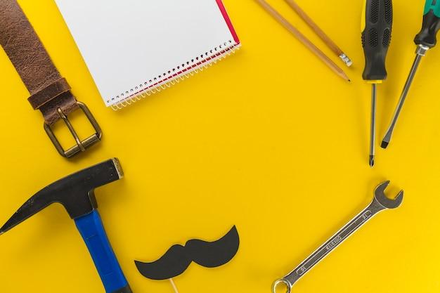 Świetna kompozycja z narzędziami i notatnikiem na dzień ojca