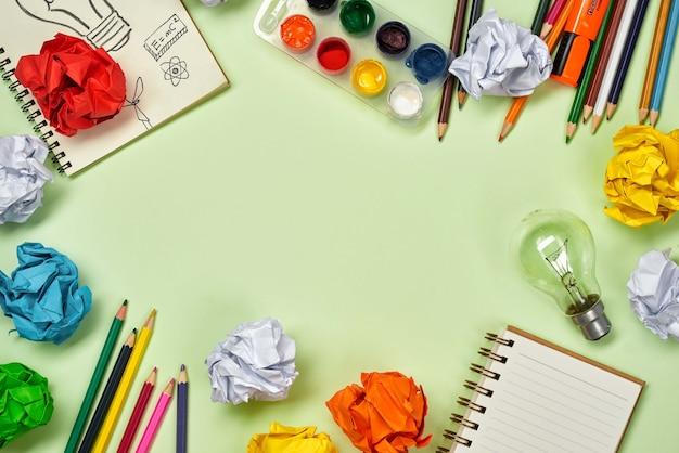 Świetna koncepcja pomysłu z zmiętym kolorowym papierem i żarówką