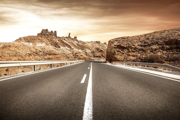Świetna scena pustynnej drogi?