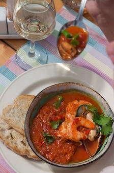 Świetna włoska zupa pomidorowa z owocami morza cachukko