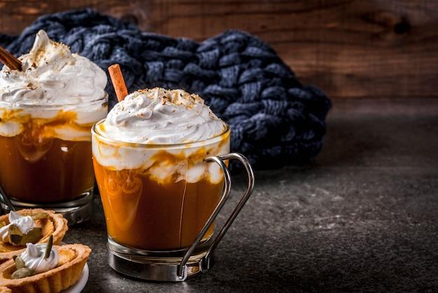 Święto dziękczynienia gorąca i pikantna aromatyczna latte dyniowa z cynamonem z kocem