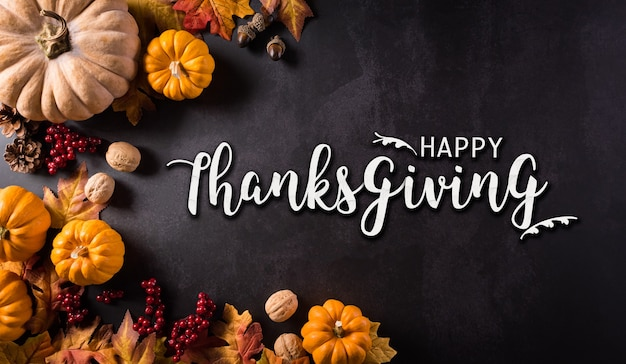Święto dziękczynienia i jesienna kompozycja kwiaty bawełny dyniowej i jesienne liście