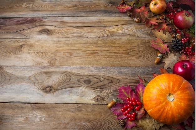 Święto dziękczynienia lub jesień pozdrowienia z dyni i liści jesienią