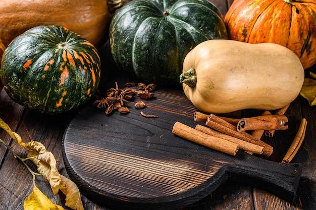 Święto dziękczynienia lub jesień tło wakacje dyni. ciemne drewniane tło. widok z góry.