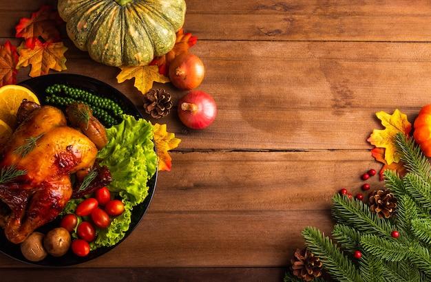 Święto dziękczynienia pieczony indyk lub kurczak z warzywami świąteczny obiad dekoracja żywności domowej roboty