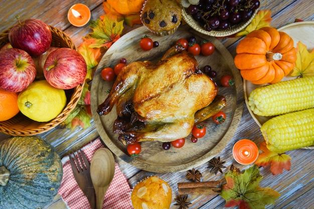 Święto dziękczynienia świętowanie tradycyjne ustawienie jedzenie lub świąteczny stół zdobiony
