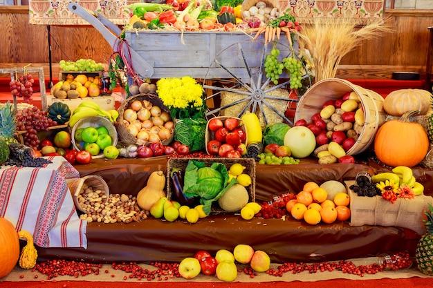 Święto dziękczynienia: taca z dynią i różnymi dojrzałymi warzywami w środku