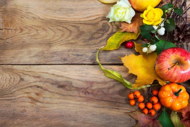 Święto dziękczynienia tło z jabłkiem, liśćmi, jarzębiny
