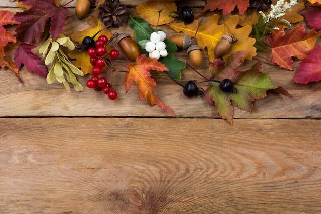 Święto dziękczynienia tło z liści jesienią i jagody, miejsce