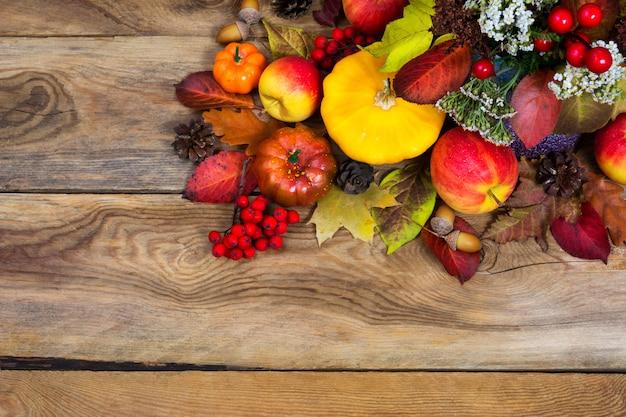 Święto dziękczynienia tło z żółtym squash, dynia, jabłka, miejsce