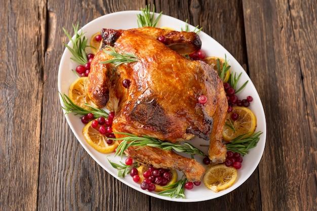 Święto dziękczynienia tradycyjne danie pieczony indyk. świąteczna kolacja na ciemnej rustykalnej powierzchni, widok z góry