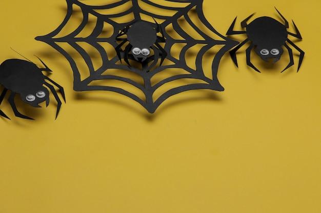 Święto halloween. kompozycja z różnymi postaciami z papieru halloween na żółtym tle