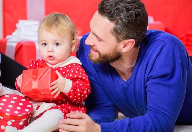 Święto ojców. zakupy internetowe. drugi dzień świąt. miłość i zaufanie do rodziny. brodaty mężczyzna z małą dziewczynką. szczęśliwa rodzina z teraźniejszym pudełkiem. ojciec i córka dziecka. walentynki. czerwone pudełka.