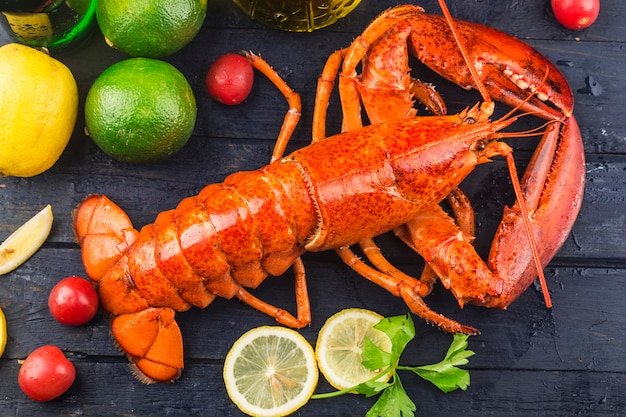 Święto owoców morza<cytryna i świeży homar bostoński na lodzie
