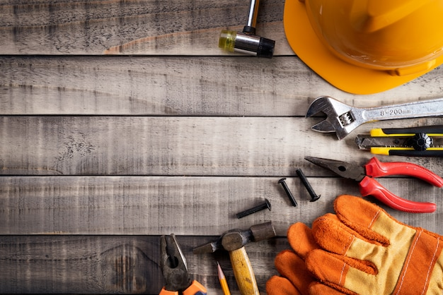 Święto pracy, wiele przydatni narzędzia na drewnianym tle z copyspace.