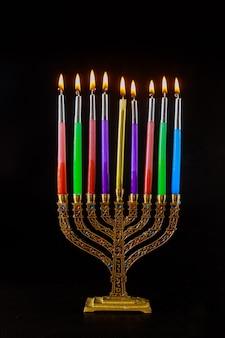 Święto żydowskich świateł chanuka, płonąca menora, symbol judaizmu, tradycyjne święto żydowskie