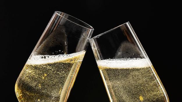 Świętowanie dwóch świątecznych kieliszków do szampana