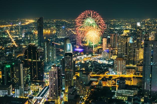 Świętowanie fajerwerki w wakacje przy nighttime w biznesowym mieście bangkok tajlandia