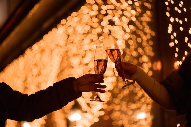 Świętowanie lub impreza. przyjaciele trzyma szkła szampan robi grzance