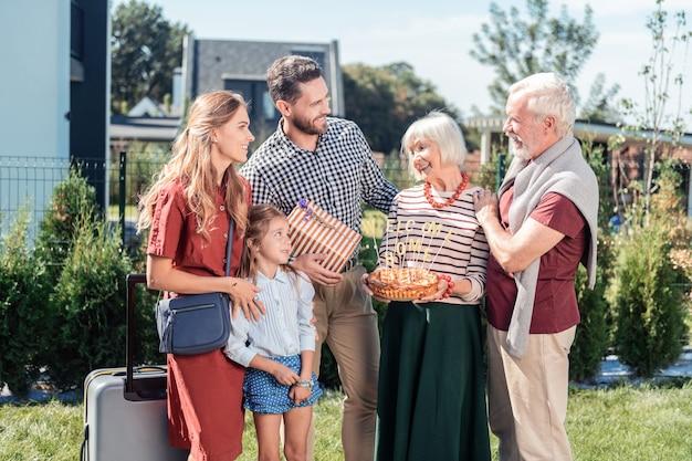 Świętujmy. szczęśliwy emeryt stojący w półpozycji, obejmując swoją żonę