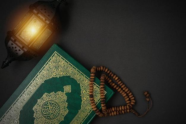 Święty Al Quran Z Pisanym Arabskim Znaczeniem Al Quran Premium Zdjęcia