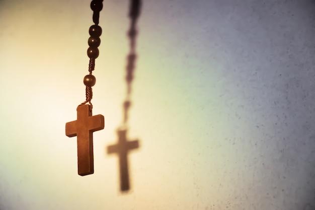 Święty drewniany krzyż chrześcijański.
