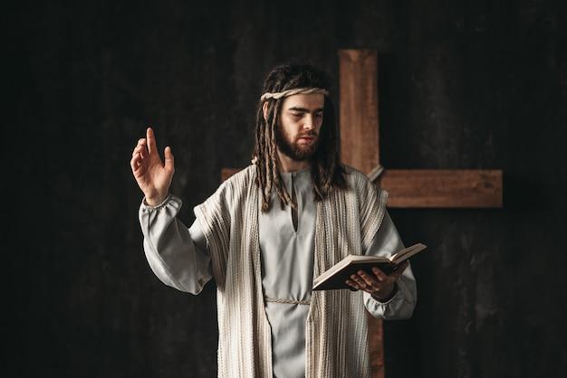 Święty jezus chrystus modlący się z biblijnymi rękami