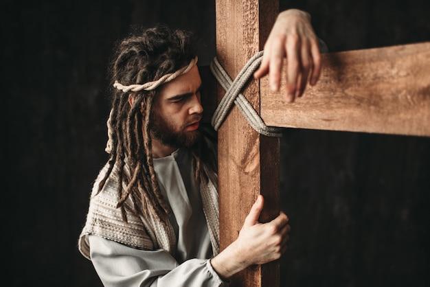 Święty jezus chrystus z ukrzyżowaniem na czarno