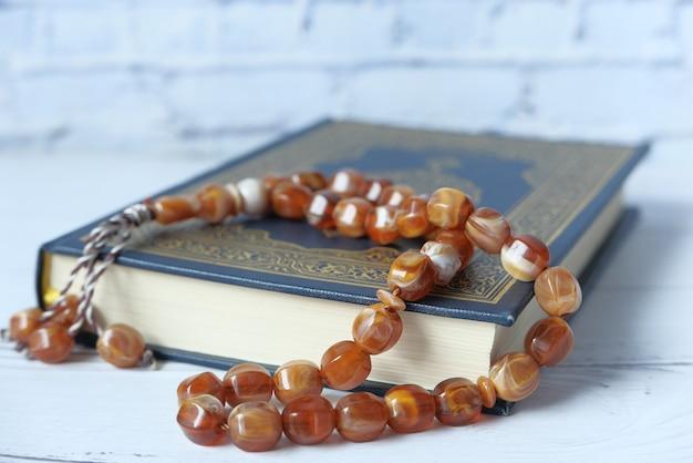 Święty koran księgi i różaniec na stole z bliska