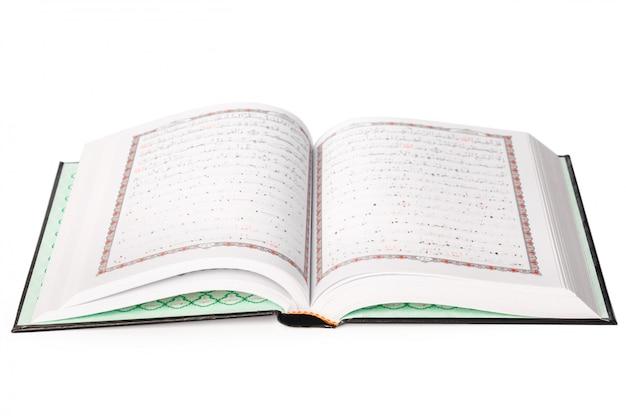 Święty koran na białym tle