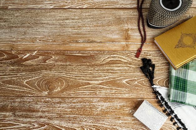 Święty koran z różańcem w tle.